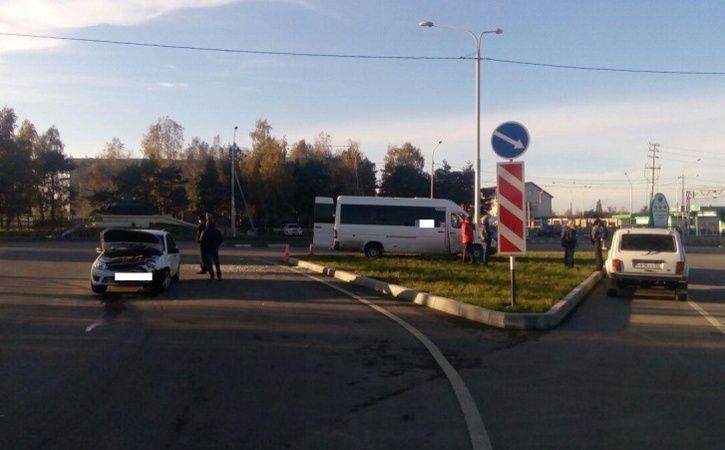 ВСтаврополе «Гранта» столкнулась спассажирской маршруткой