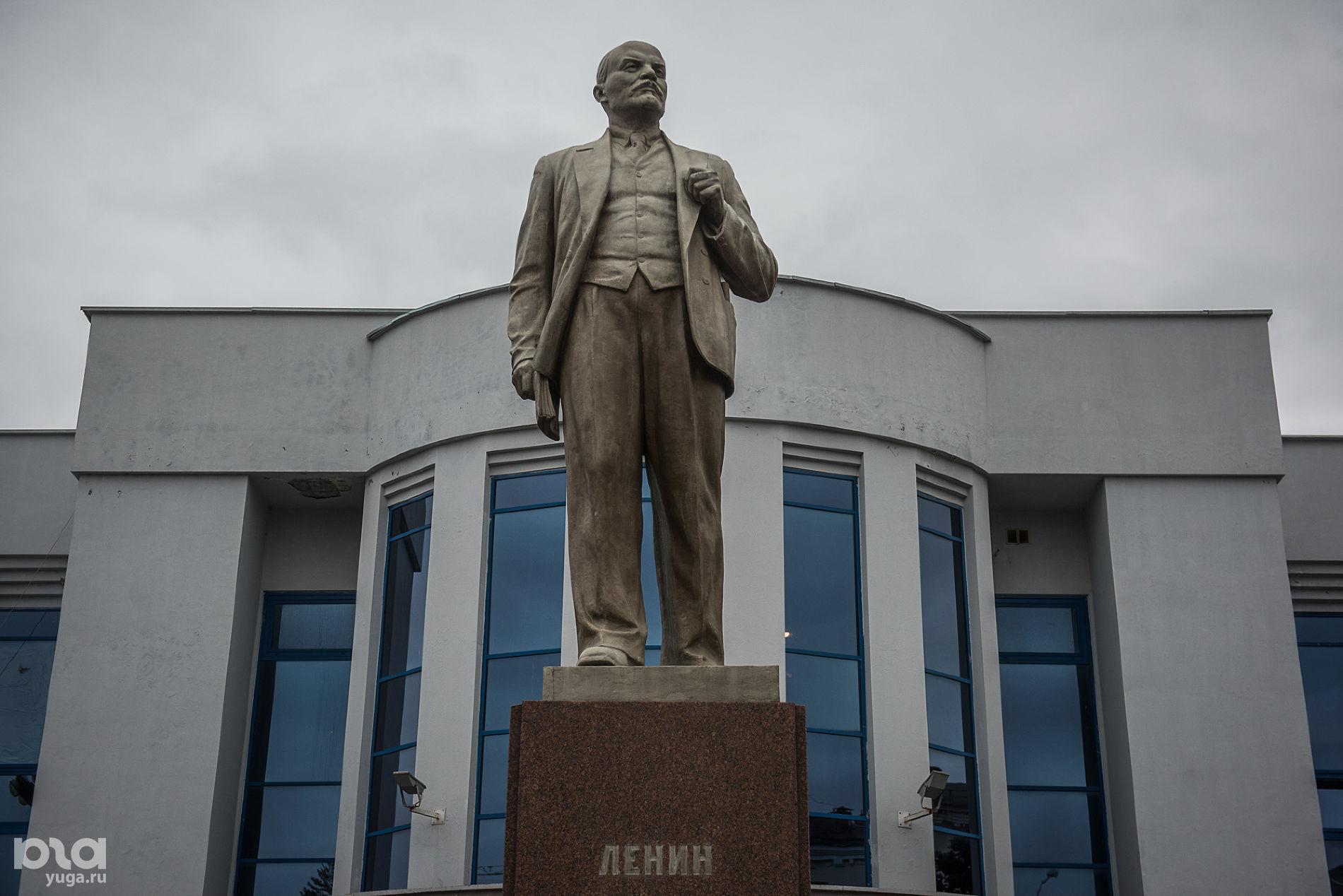 Памятник Ленину на площади перед ДК ЖД ©Фото Елены Синеок, Юга.ру