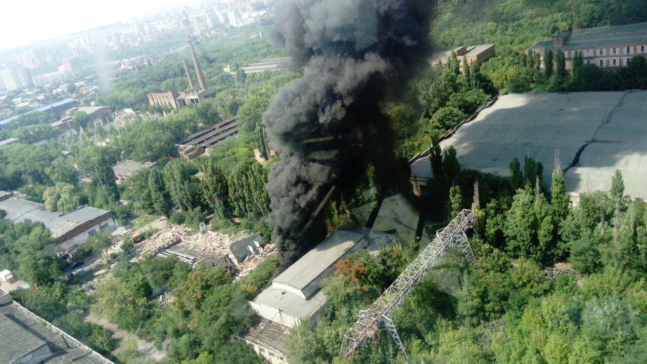 Немалый пожар поглотил завод «Электроаппарат» вРостове