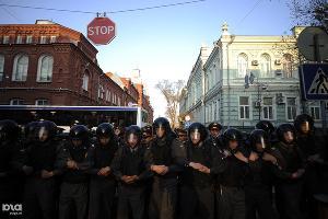 Оцепление полиции на митинге сторонников Олега Шеина в Астрахани ©Михаил Мордасов. ЮГА.ру