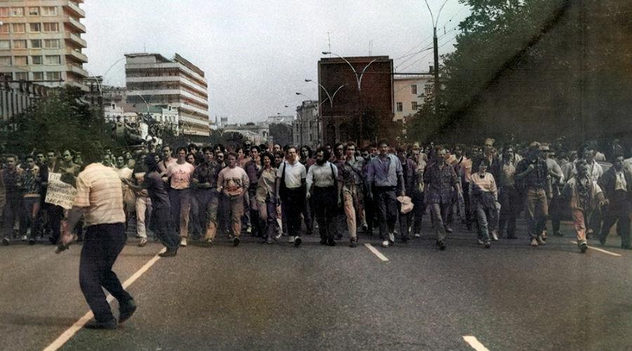 Марш от Кремля к Белому дому, 19 августа 1991 года ©Оригинальное фото Ивана Симочкина, wikipedia.org, раскрашено нейросетью mail.ru