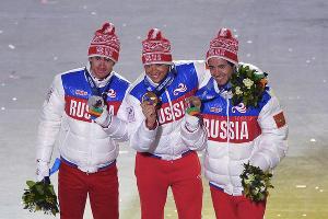 Максим Вылегжанин, Александр Легков и Илья Черноусов на церемонии награждения во время закрытия Олимпийских игр в Сочи ©РИА Новости