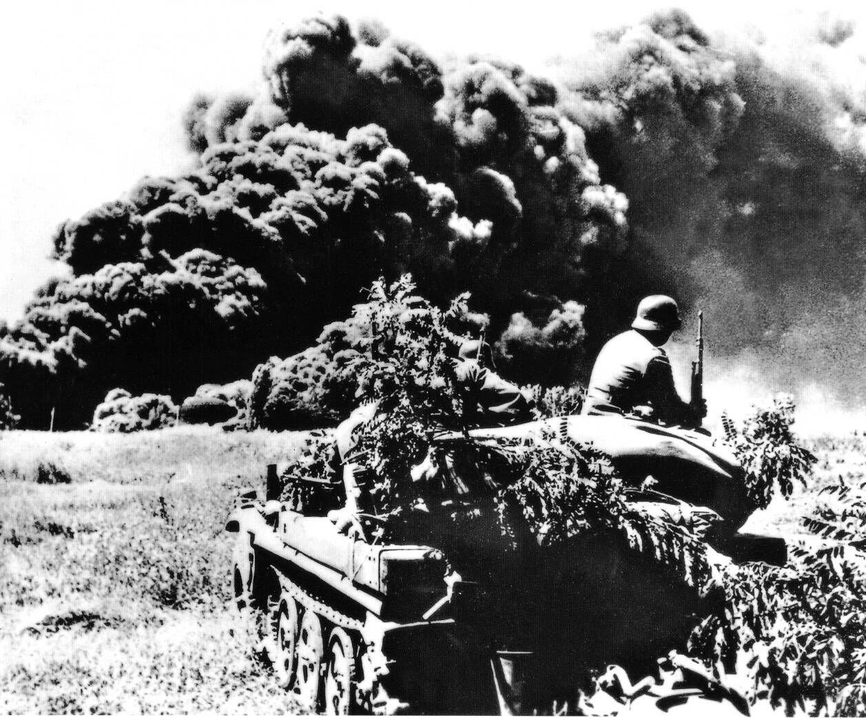 Немцы наблюдают за горящими нефтепромыслами в районе Майкопа, август 1942 года ©Фото с сайта waralbum.ru