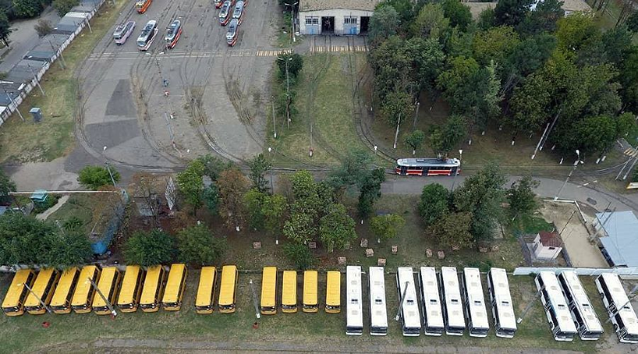 Кладбище школьных автобусов в Краснодаре ©Фото из инстаграма «Туподар Краснодар», instagram.com/typodar