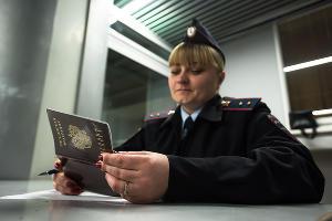 Проверка документов в аэропорту Краснодара ©Фото Елены Синеок, Юга.ру