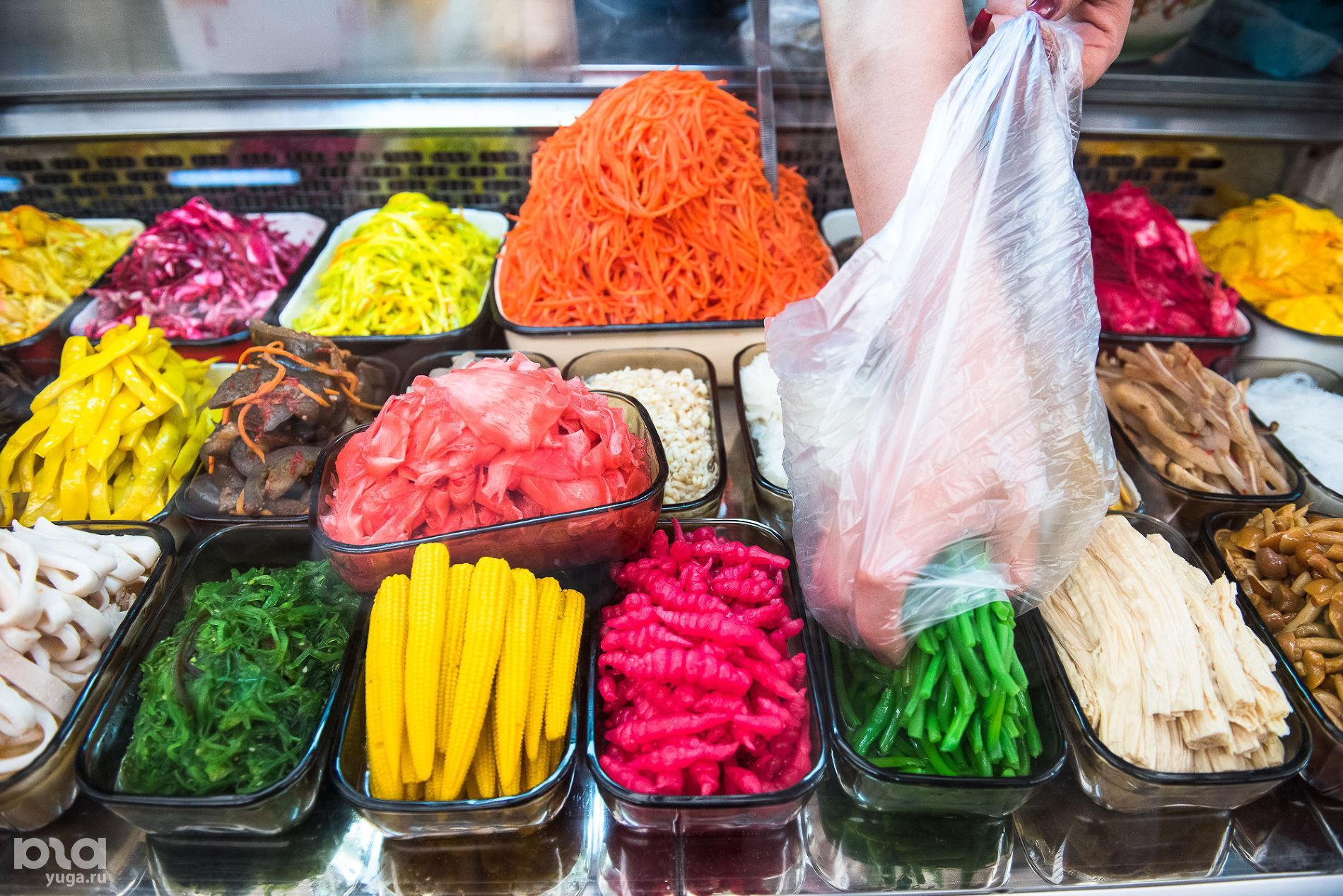 Корейская еда на Кооперативном рынке ©Фото Елены Синеок, Юга.ру
