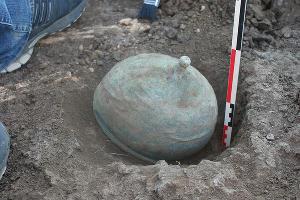 Бронзовый римский шлем, найденный в 2016 году в одном из сарматских погребений ©Фото предоставлено компанией «Вольное Дело»