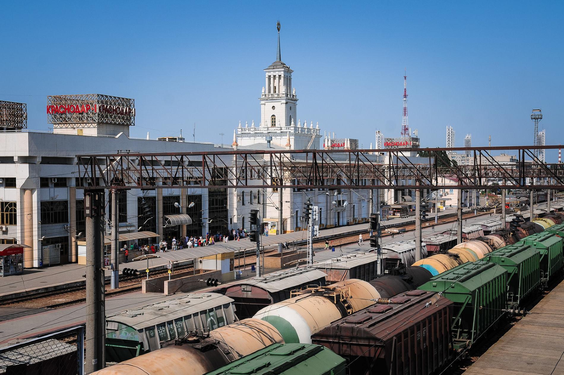 ВКраснодаре под колесами грузового поезда пострадала женщина