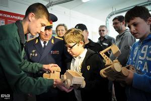 Воспитанники Белореченской воспитательной колонии вручают подарки гостям ©Елена Синеок. ЮГА.ру