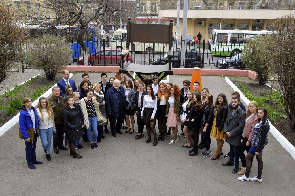 ВРостове установлен наибольший кинорежиссерский стул Российской Федерации