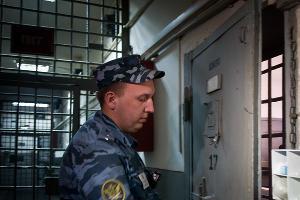 Сотрудник исправительной колонии №14 отпирает одну из камер ШИЗО ©Елена Синеок, ЮГА.ру