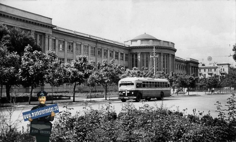 Троллейбус на улице Красной, 1957 год ©Фото с сайта myekaterinodar.ru