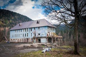Заброшенный санаторий в горах Абхазии ©Елена Синеок, ЮГА.ру