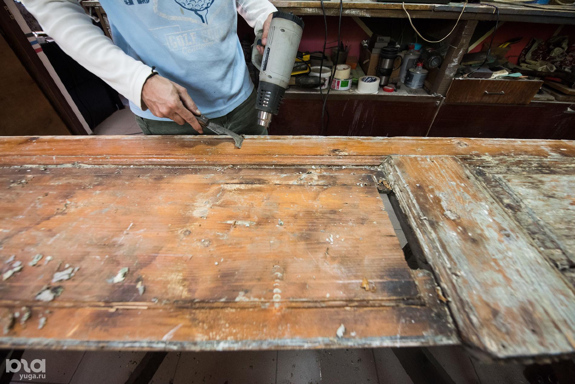 Реставрация дверей в мастерской Лазаря Щербакова ©Фото Елены Синеок, Юга.ру
