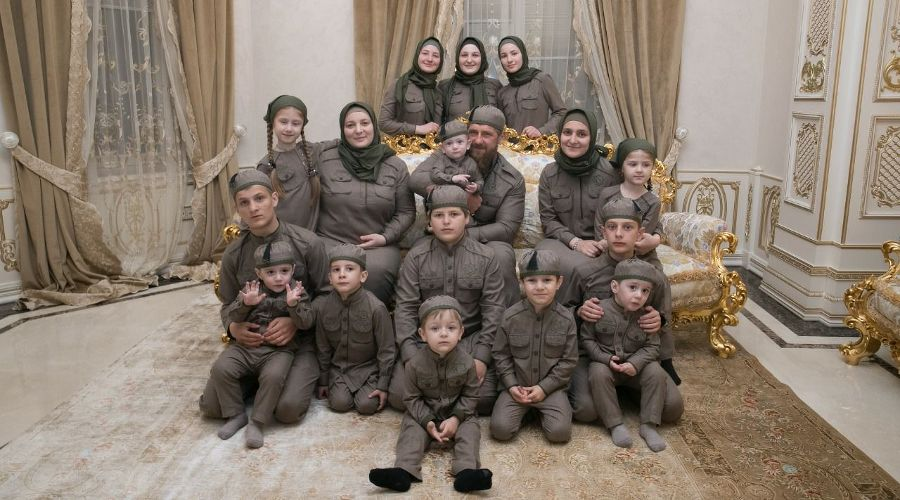 Рамзан Кадыров и его семья ©Фото со страницы t.me/RKadyrov_95
