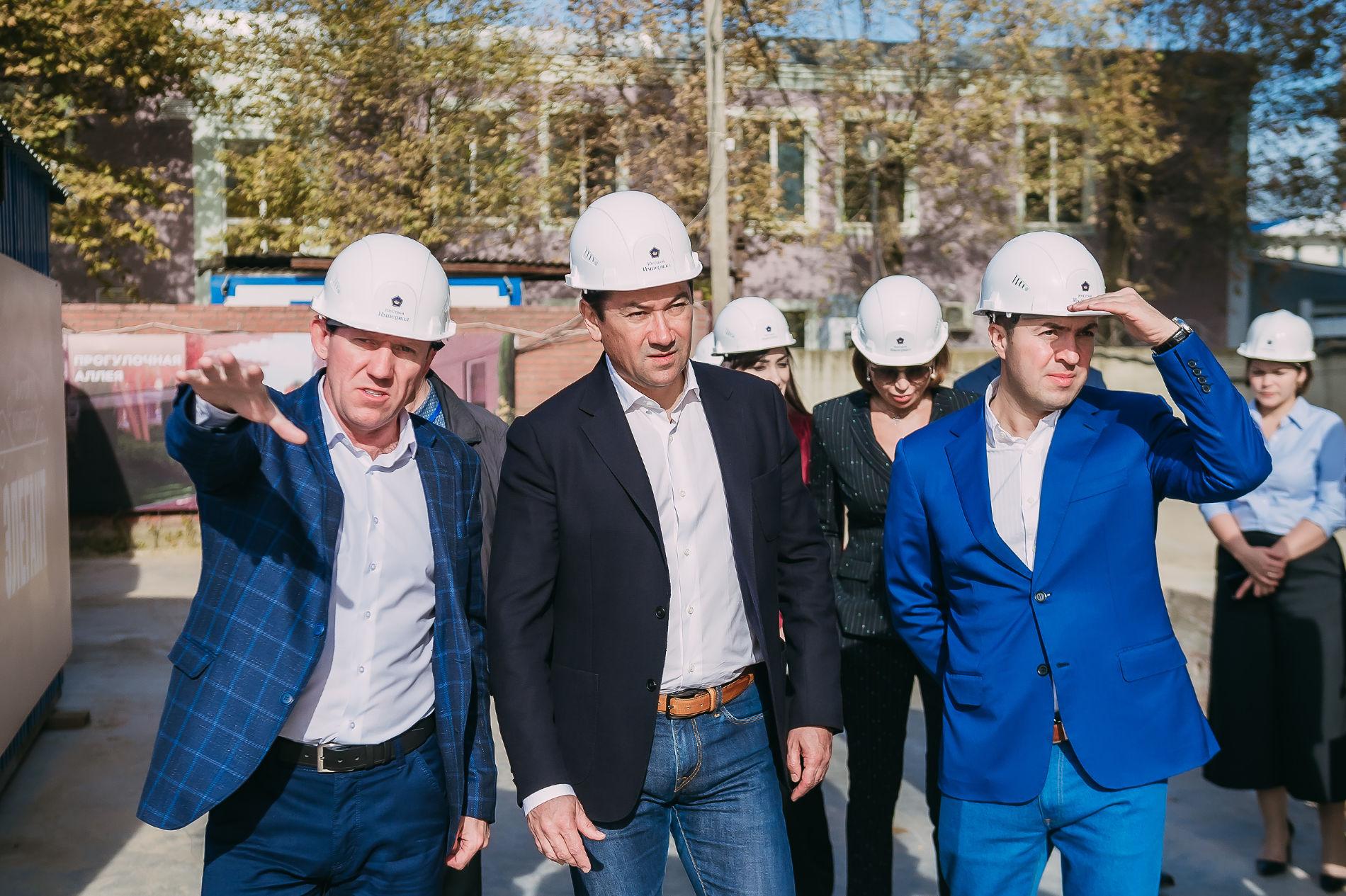 Евгений Титов и Николай Амосов на осмотре строительных объектов «ЮгСтройИмпериал» ©Фото пресс-службы Сбербанка