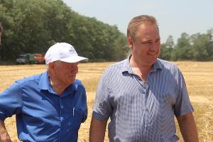 Глава Тбилисского района Евгений Ильин (справа) ©Изображение пресс-службы Тбилисского района