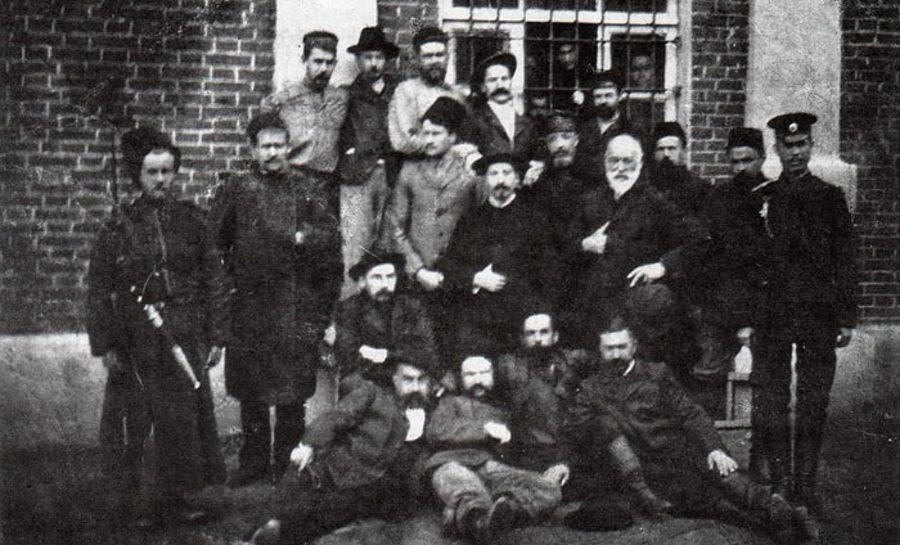 Участники вооруженного восстания у здания тюрьмы. Сочи, 1906 год ©Фото с сайта ru.wikipedia.org