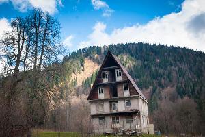 Заброшенный коттедж недалеко от бывшего санатория ©Елена Синеок, ЮГА.ру