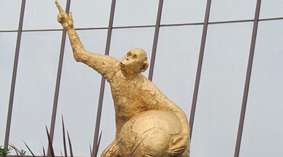 Художники из Сочи подготовили к ЧМ-2018 скульптуру обезьяны с мячом ©http://www.sochiadm.ru/