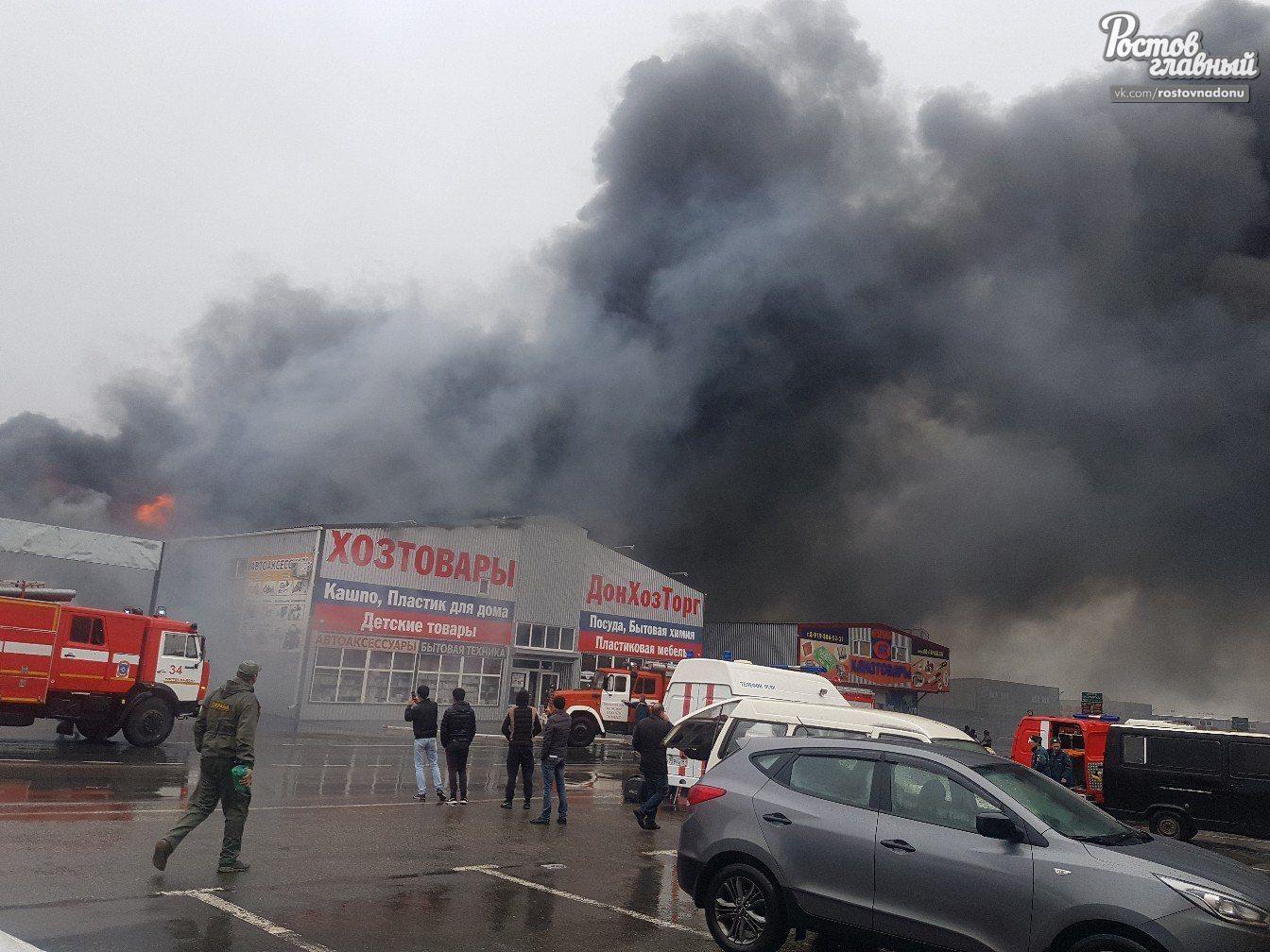 ВРостове-на-Дону полыхает рынок «Атлант», огонь оцепил 450 квадратных метров площади