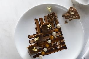 Слоеный кофейный десерт с абрикосовым пюре и орехом пекан, блюдо Мэттью Кенни ©Фото предоставлено организаторами гастрономического фестиваля IKRA