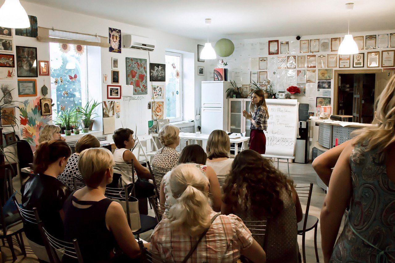 Анна Сметана читает лекцию для родителей