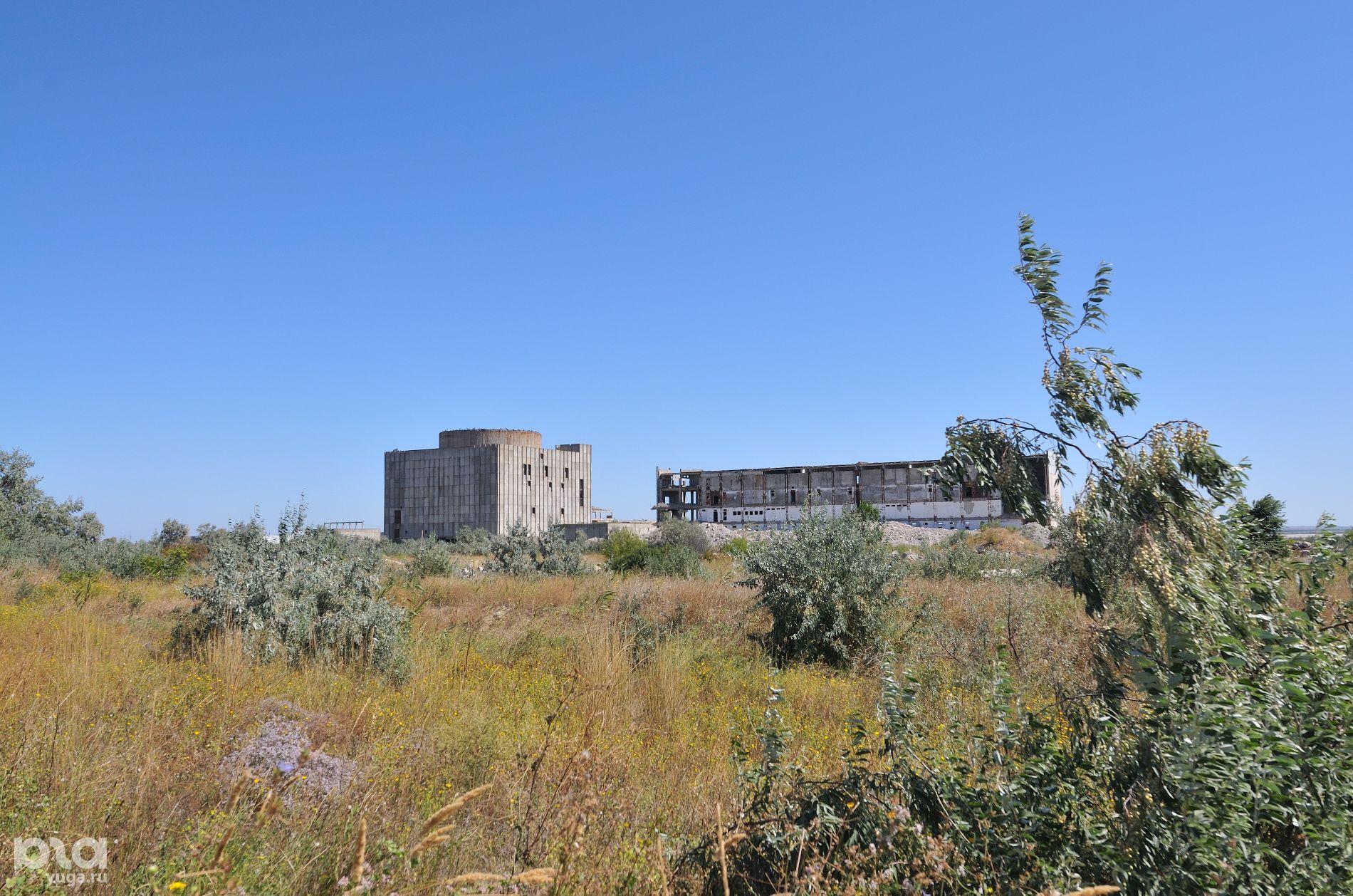 Город появился вокруг Крымской АЭС, теперь от нее остались только развалины ©Фото Кирилла Достова, Юга.ру