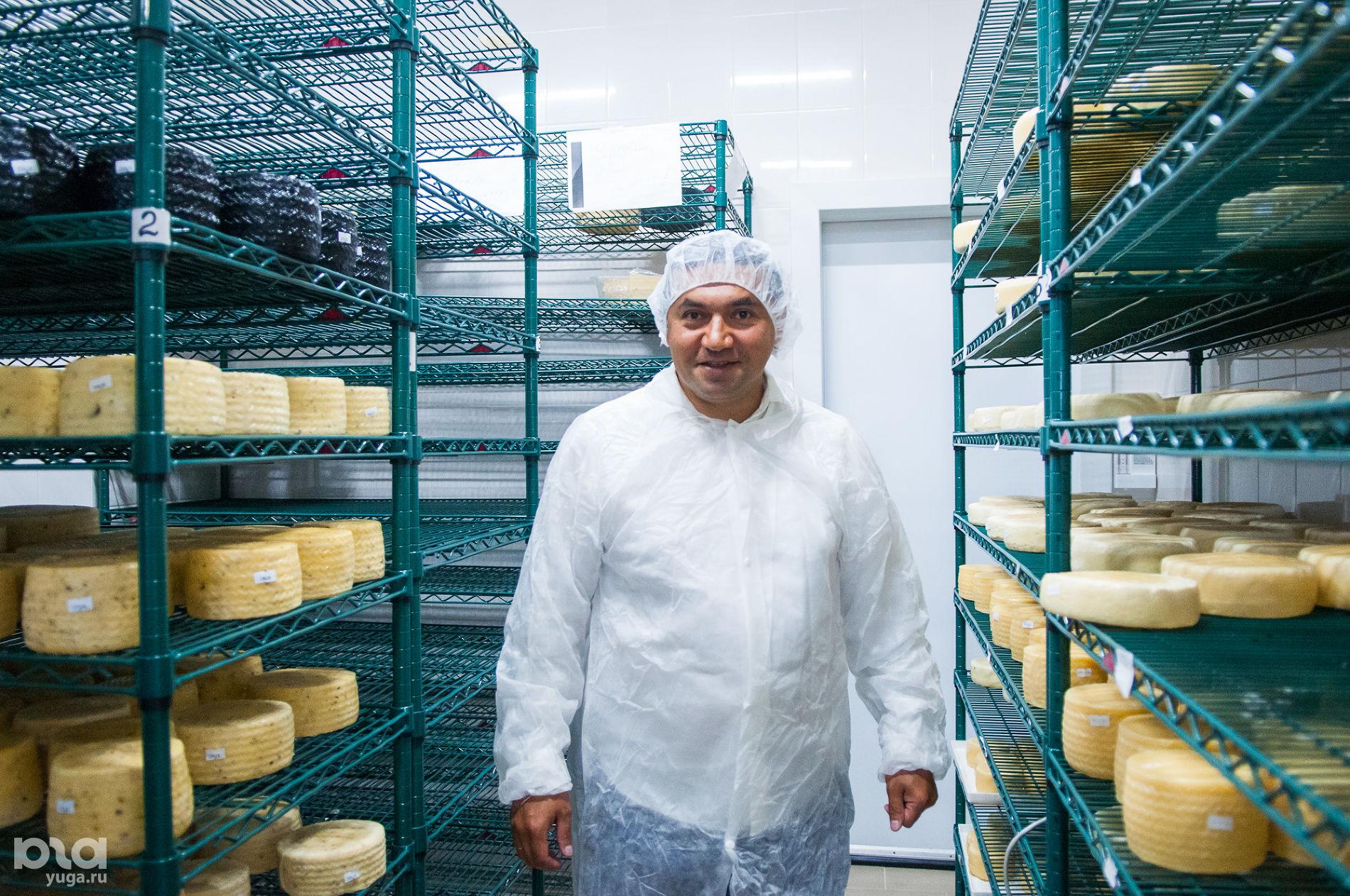 Сейран Геворкян в собственной сыроварне ©Фото Елены Синеок, Юга.ру