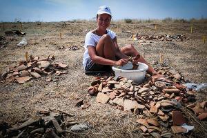 Найденные фрагменты посуды сортируют и очищают от земли, чтобы отправить на изучение  ©Елена Синеок, ЮГА.ру