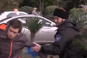 Избиение Pussy Riot казаками в Сочи (скриншот) ©Фото Юга.ру