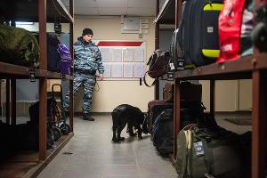 Проверка вещей в камере хранения на вокзале Краснодара ©Фото Елены Синеок, Юга.ру