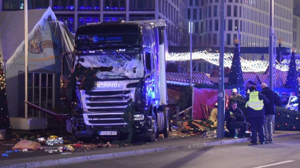Грузовой автомобиль наехал на гостей рождественского рынка вБерлине, есть жертвы