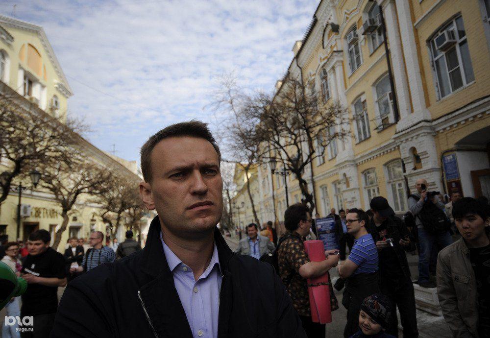 Алексей Навальный ожидает начала митинга в поддержку сторонников Олега Шеина, Астрахань, апрель 2012 года  ©Фото Михаила Мордасова, Юга.ру