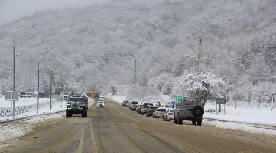 Автомобильные заторы образовались в горной Адыгее из-за снегопада и гололедицы ©пресс-служба МВД по РА