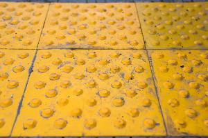 Тактильная плитка с элементами, предупреждающими о препятствии ©Фото Елены Синеок, Юга.ру