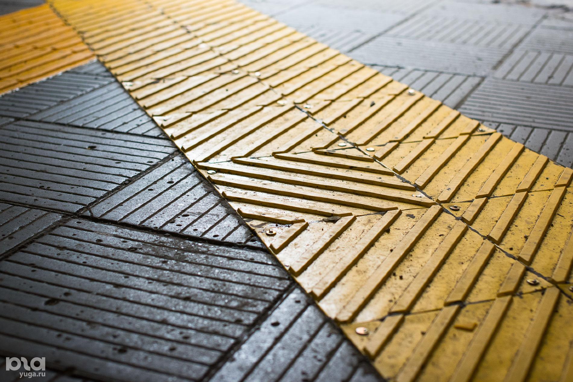 Тактильная плитка с диагональными рифами в подземном переходе на улице Старокубанской, обозначает поворот  ©Фото Елены Синеок, Юга.ру