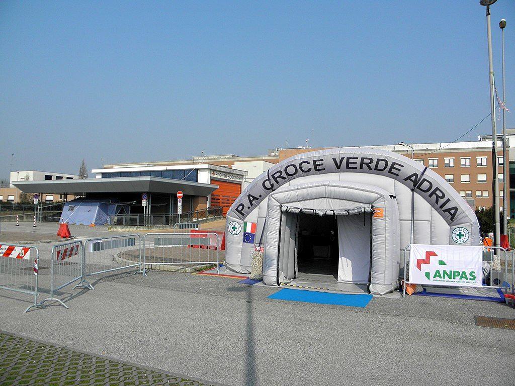 Временное приемное отделеение больницы в итальянском городе Ровиго ©Фото с сайта commons.wikimedia.org