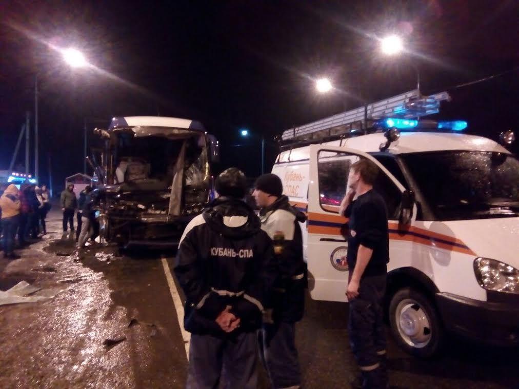ВГулькевичском районе Кубани автобус разбился вДТП с грузовым автомобилем