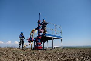 Операторы по добыче газа Светлоградского газопромыслового управления на скважине ©Изображение предоставлено пресс-службой ООО «Газпром добыча Краснодар»