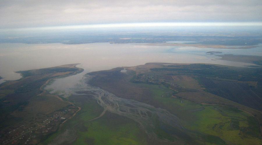 Краснодарское водохранилище (на заднем плане), аулы Пшикуйхабль (слева) и Тауйхабль (справа) ©Фото пользователя Gaggarin, wikimedia.org