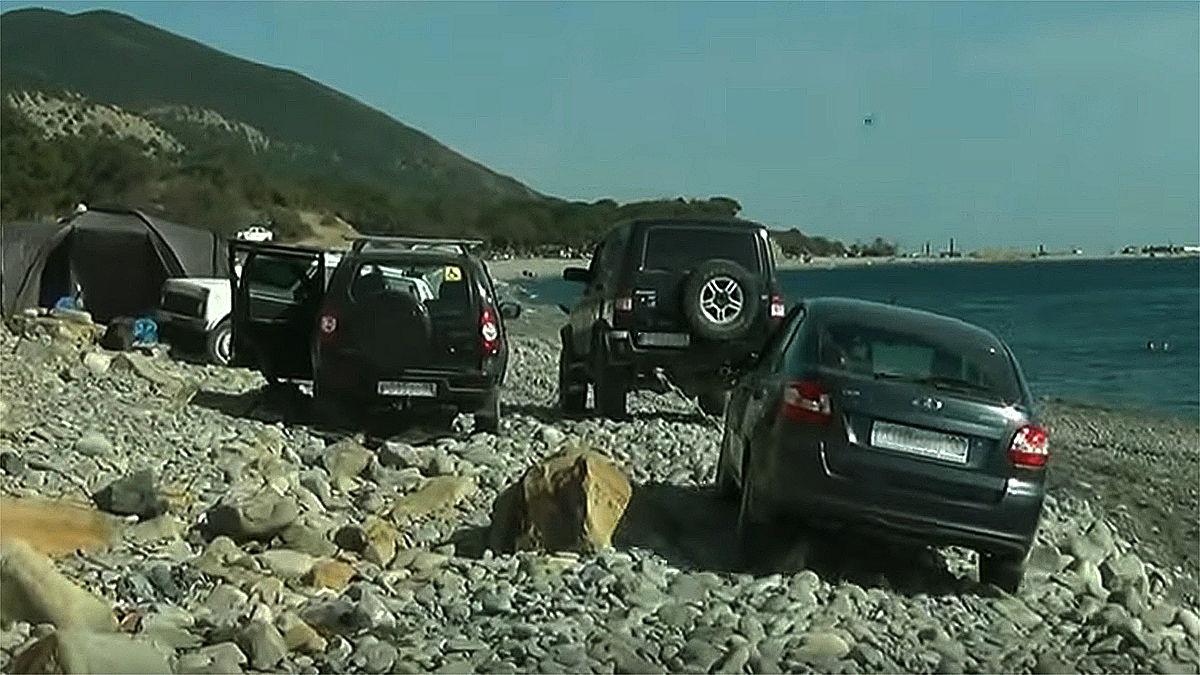 Кататься по пляжу на легковых машинах — к возможным проблемам ©Кадр видеорегистратора, Сергей Лобко
