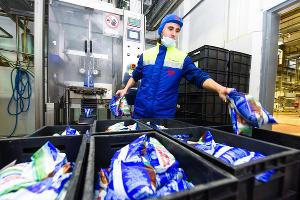 При производстве молока в пленочной упаковке используется ручной труд, так как автоматизация процесса привела бы к значительному удорожанию продукции ©Фото Елены Синеок, Юга.ру