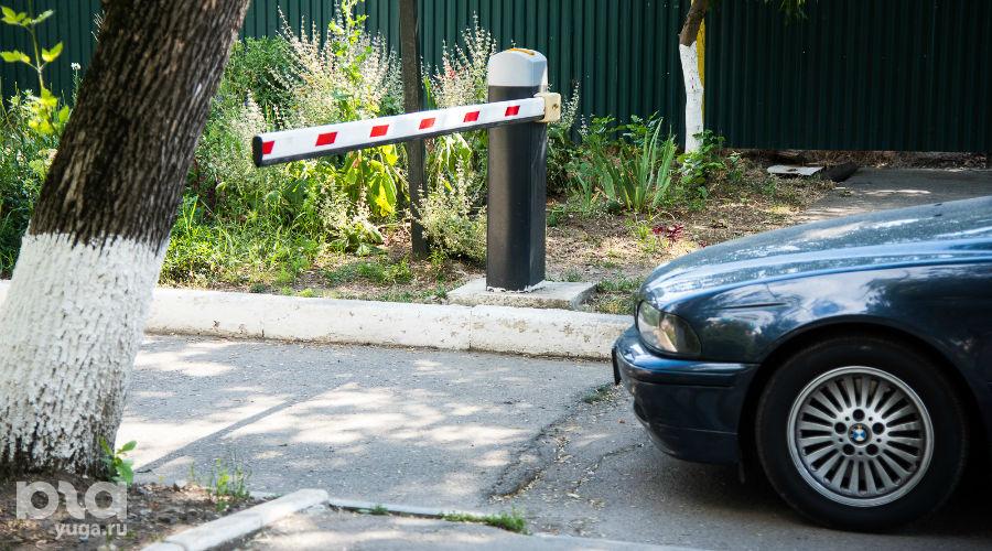 Придомовые преграды ©Фото Елены Синеок, Юга.ру