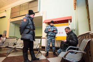 Проверка документов на железнодорожном вокзале Краснодара ©Фото Елены Синеок, Юга.ру