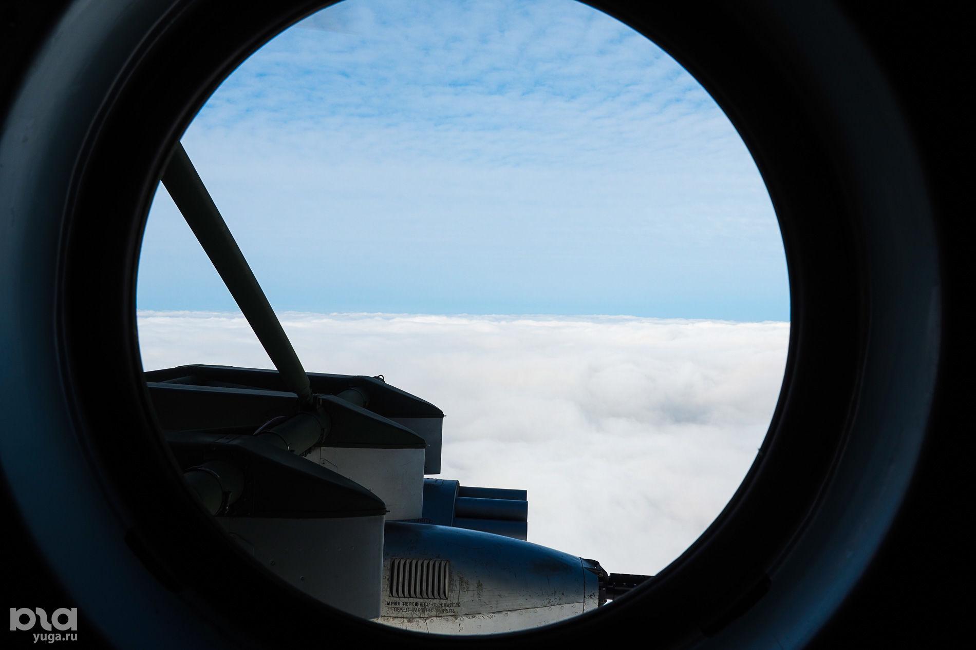 Вид из иллюминатора при совершении полета над линией облаков ©Виталий Тимкив, Юга.ру