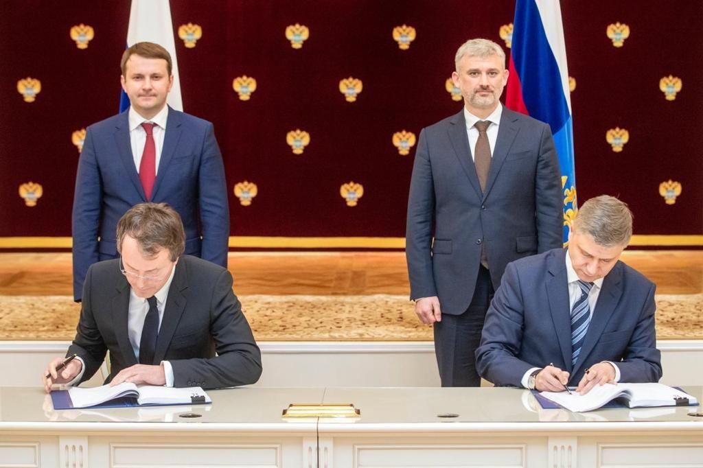 Руслан Байсаров и Олег Белозёров на подписании договора о сотрудничестве ©Фото из личного архива