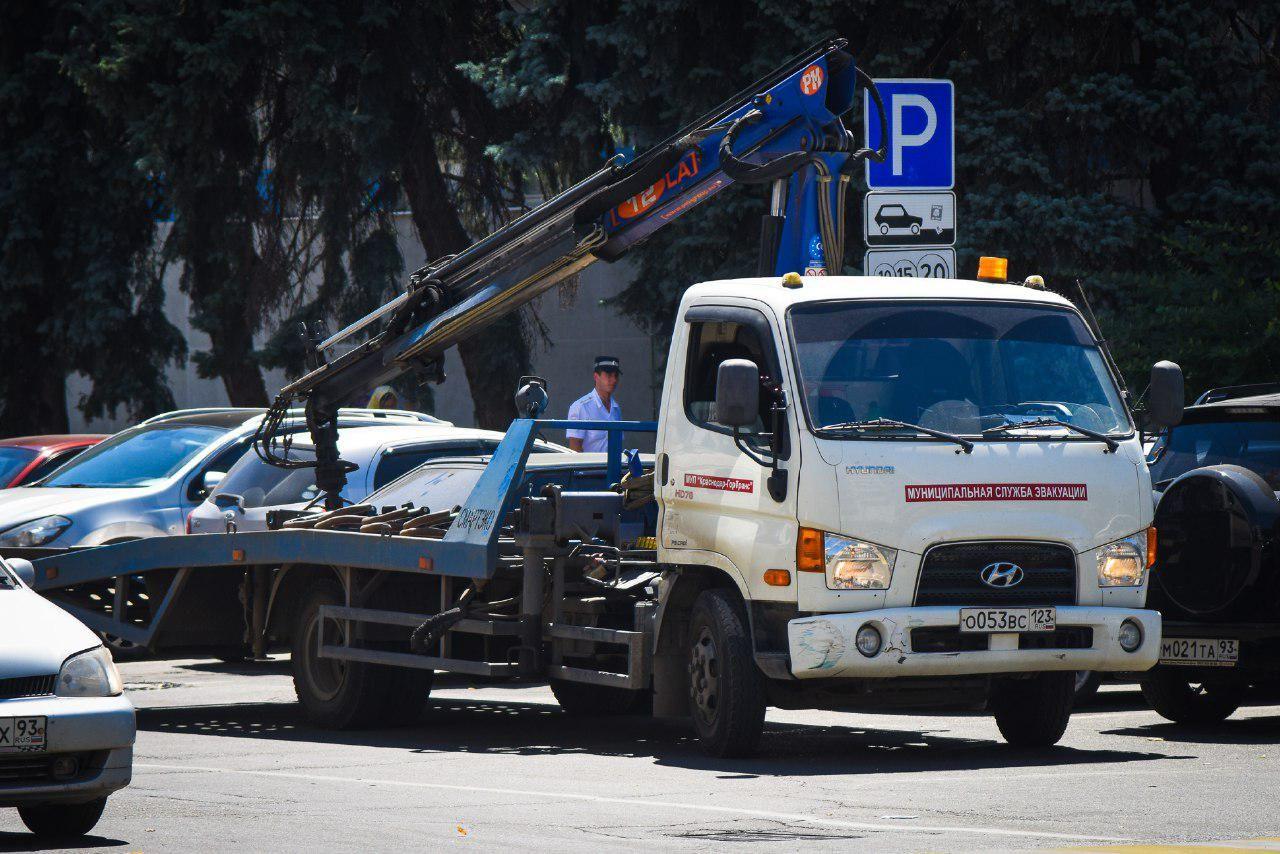 ВАрмавире мужчина наэвакуаторе похитил пятиметровые железные бочки