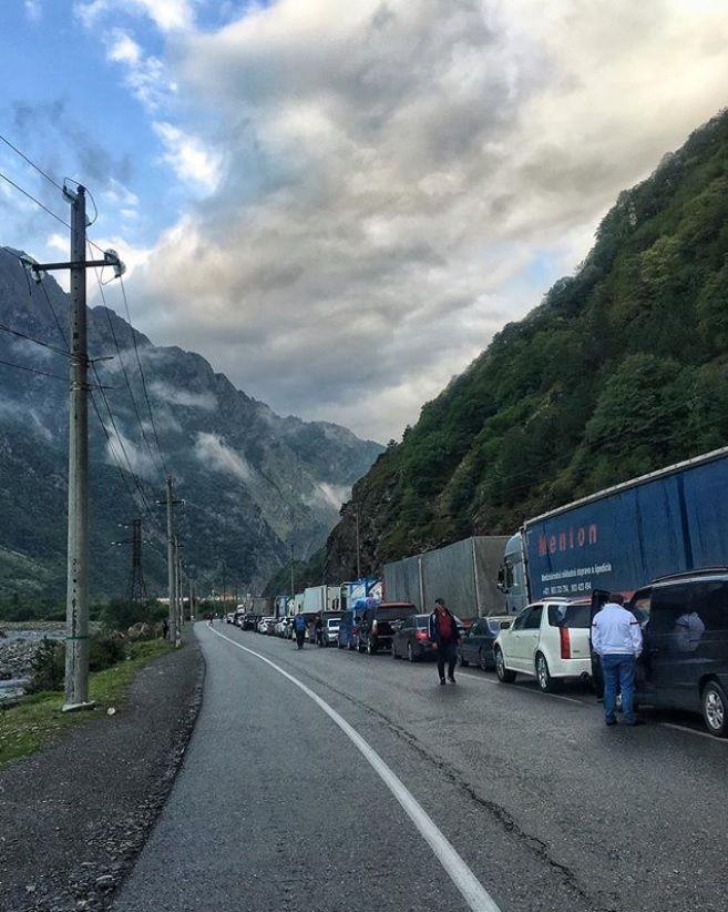 Из-за затора на«Верхнем Ларсе» туристам предлагают ехать вГрузию через Азербайджан