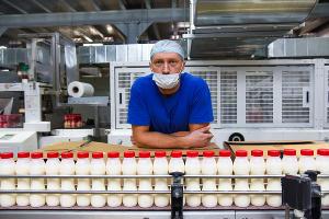 Работник цеха производства питьевых йогуртов ©Елена Синеок, Юга.ру